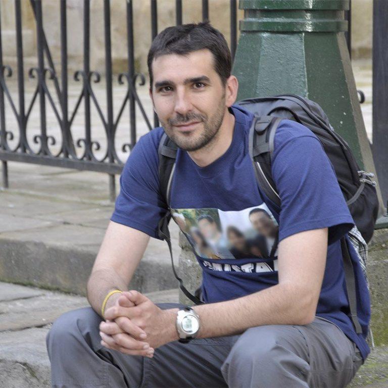 Oscar sentado en una plaza de Bogotá
