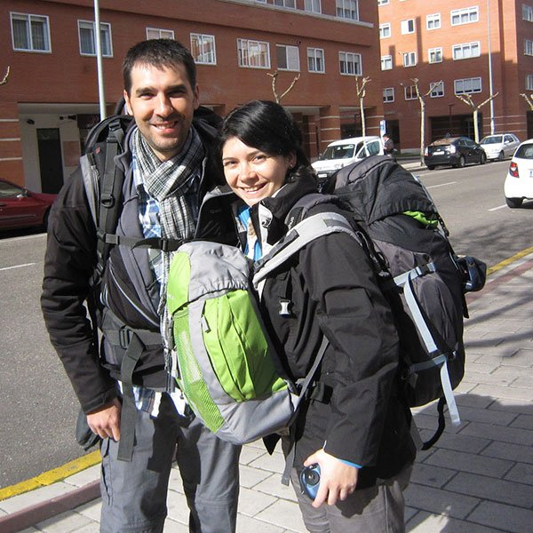 Javiera y Oscar con mochilas